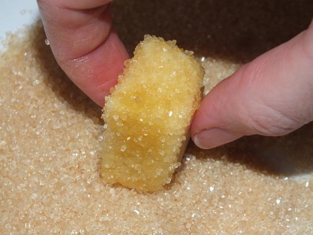Купаем печенье в сахаре