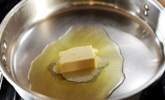 масло на сковородке