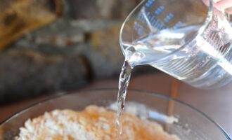 вода в тесто